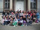 Grupa młodzieży  wraz z opiekunami przed Villa ten Hompel w Münster.